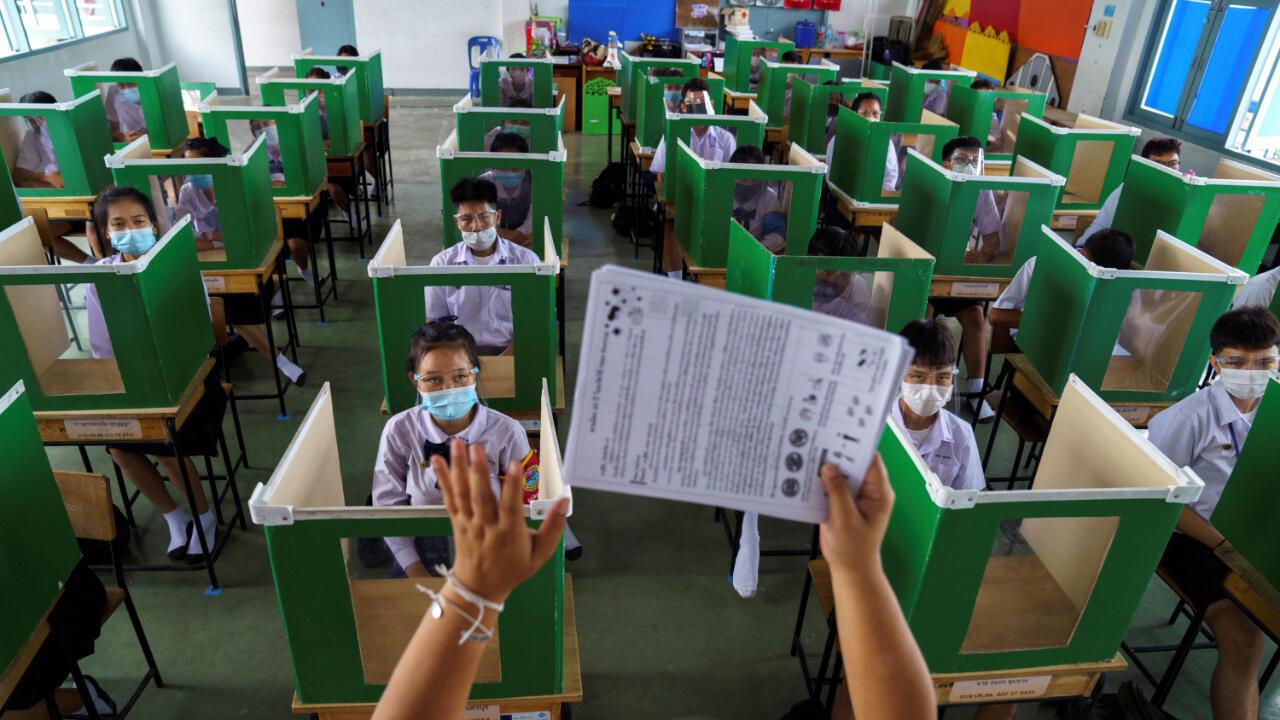 El 1 de julio de 2020 las escuelas de Tailandia volvieron a clases con nuevas medidas de prevención para evitar la expansión del Covid-19. Ahora un grupo de expertos pide a la OMS que adapte sus medidas de precaución frente a la posibilidad de que el virus viaje en el aire en espacios cerrados.  Provincia de Pathum Thani, Tailandia.