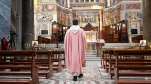 كاهن في كنيسة فارغة في روما في 22 آذار/مارس 2020.