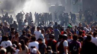 """Cientos de personas protestan en la Plaza Italia este domingo durante una nueva jornada de manifestaciones en Santiago (Chile). El general de división del Ejército Javier Iturriaga ordenó este domingo un nuevo toque de queda """"para proteger la vida de todos""""."""