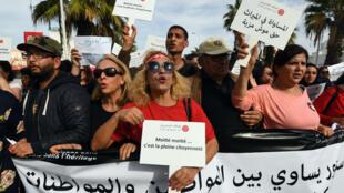 Des centaines de femmes ont pris part à la manifestation en faveur de l'égalité des sexes dans l'héritage, samedi 10 mars 2018, à Tunis.