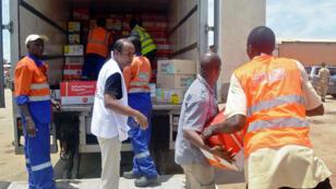 Médecins sans frontières supervise une livraison de matérial médical en Guinée, le 22 juillet.