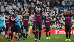 Gerard Piqué celebra con sus compañeros el triunfo en la semifinal de la Copa del Rey sobre su histórico rival, Real Madrid, en el estadio Santiago Bernabéu, el 27 de febrero de 2019.