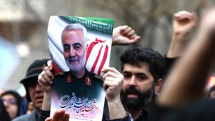 Des manifestants iraniens scandent des slogans lors d'une manifestation contre l'assassinat du général iranien Qassem Soleimani, face au bureau des Nations unies à Téhéran, le 3 janvier 2020.