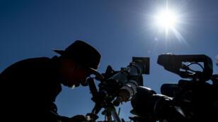 Un astrónomo mira el sol a través de un telescopio en la víspera del eclipse solar, en la región de Coquimbo, en el desierto de Atacama, en Chile.