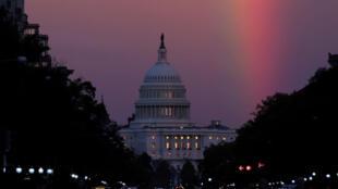 Le Capitole des États-Unis, où siègent les deux Chambres du Congrès, illuminé d'un arc-en-ciel, le 6 novembre 2018.