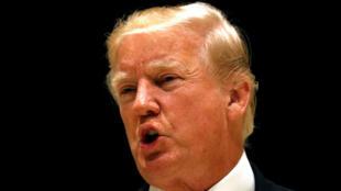 El presidente de EE. UU., Donald Trump, habla a su llegada para la cena en su club de golf en West Palm Beach.