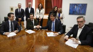 El presidente andaluz del Partido Popular, Juanma Moreno (2i), y el de Ciudadanos, Juan Marín (2d), estrechan las manos durante la reunión que sostuvieron el 9 de enero de 2019, en el Parlamento de Andalucía, para sellar su acuerdo de Gobierno en la comunidad autónoma para la investidura del líder popular.