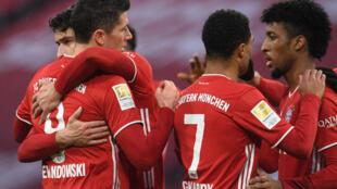 لاعبو بايرن ميونيخ يحتفلون بهدف البولندي روبرت ليفاندوفسكي ضد هوفنهايم في الدوري الالماني لكرة القدم في  30 كانون الثاني/يناير 2021