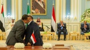 Los representantes del Gobierno de Yemen y los separatistas del sur se abrazan después de firmar un acuerdo negociado por Arabia Saudita para poner fin a una lucha de poder en el puerto sur de Adén, en Riad, el 5 de noviembre de 2019.
