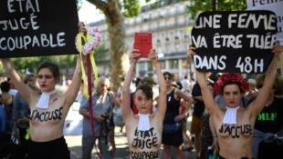 Des femmes manifestent lors du rassemblement contre les féminicides, place de la République à Paris, le 6juillet2019.