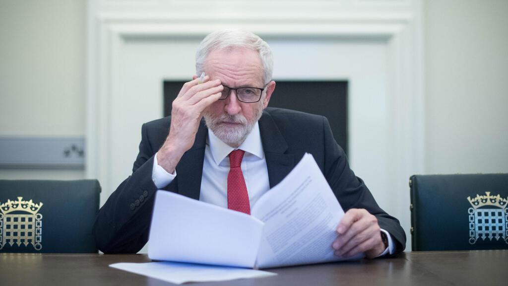 El líder opositor británico del Partido Laborista, Jeremy Corbyn, sostiene la Declaración Política, que establece el marco para las futuras relaciones entre el Reino Unido y la UE, en su oficina del Parlamento en Londres, Gran Bretaña, el 2 de abril de 2019.