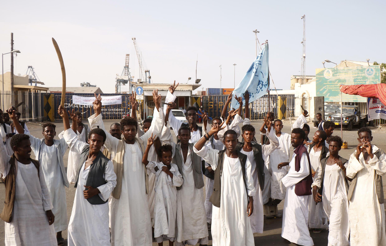 متظاهرون سودانيون يتجمعون خارج المدخل الرئيسي لميناء بورتسودان في 20 أيلول/سبتمبر 2021