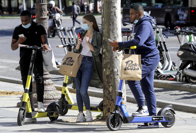 Des jeunes Parisiens sur les Champs-Élysées, le 27 août 2020.