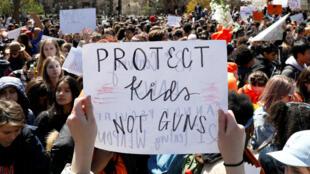 Los jóvenes toman parte de la paralización de actividades para marchar en contra de las armas en la ciudad de Nueva York. Abril 20 de 2018.