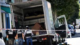 La police effectuant des recherches sur le camion qui a permis à Mohamed Lahouaiej Bouhlel de commettre son attentat.