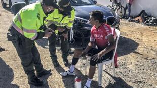 Esta imagen, divulgada por la Alcaldía de Motavita, muestra al ciclista colombiano Nairo Quintana hablando con policías luego de ser atropellado por un auto mientras entrenaba, en Motavita, departamento de Boyaca, Colombia, el 3 de julio de 2020