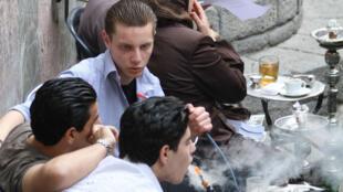 Le narguilé est très à la mode en Syrie et dans tout le Moyen-Orient, même chez les mineurs.