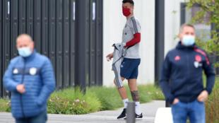 L'attaquant croate du Bayern Munich, Ivan Perisic, porte un masque à son arrivée à l'entraînement, à Munich, le 13 mai 2020