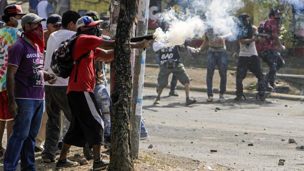 Estudiantes se enfrentan con agentes de la policía antidisturbios cerca del Colegio Técnico de Nicaragua durante las protestas contra las reformas del Gobierno en el Instituto de Seguridad Social (INSS) en Managua el 21 de abril de 2018.