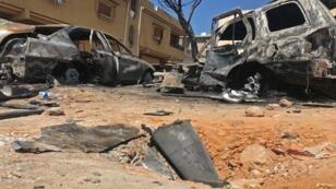 أجزاء من صاروخ وعربات محترقة في موقع غارة جوية ليلية في العاصمة الليبية طرابلس، 17 أبريل نيسان 2019