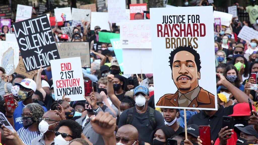 Una multitud de manifestantes marcha al Capitolio el lunes 15 de junio de 2020 en Atlanta. La Marcha NAACP al Capitolio coincidió con el reinicio de la Asamblea General de Georgia 2020.