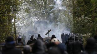 Deux personnes ont été interpellées lors des affontements dimanche 15 avril, a annoncé la gendarmerie.