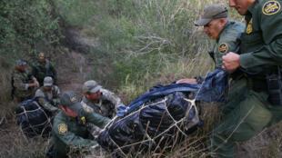 Los agentes de la patrulla fronteriza incautan marihuana en la frontera en el sector del Valle del Río Grande, Texas, EE. UU., el 5 de abril de 2018.