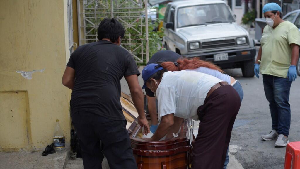 Decenas de cuerpos están en las calles o afuera de las casas de sus familiares, esperando a que las autoridades los recojan para sepultarlos. 1 de abril de 2020.