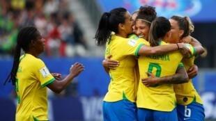 اللاعبات البرازيليات يحطن بزميلتهن كريستيان احتفالا بثلاثيتها بمرمى جامايكا 2019/06/09