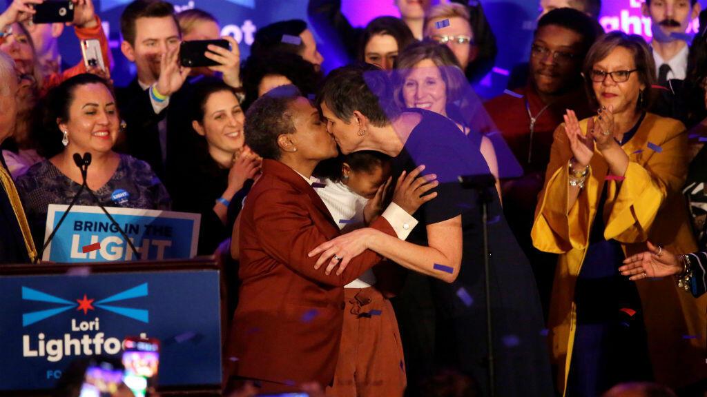 La candidata a la alcaldía Lori Lightfoot besa a su esposa Amy Eshleman durante la celebración de su victoria para liderar la ciudad de Chicago. 2 de abril de 2019.