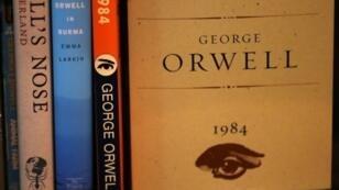 Escrito en 1948 y publicado al año siguiente, '1984' representa un mundo escalofriante en el que un estado totalitario controla los pensamientos y acciones de las personas, suprimiendo cualquier desacuerdo.