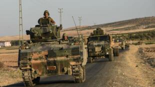 Des soldats turcs dans des tanks qui repartent vers la Turquie depuis la frontière syrienne, le 2 septembre 2016.