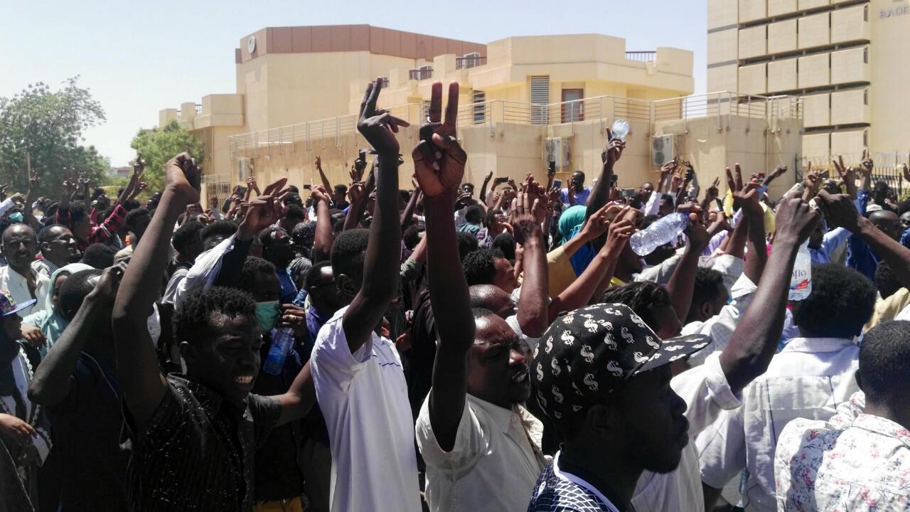 متظاهرون خلال اعتصام أمام قيادة الجيش بالخرطوم 7 أبريل/نيسان 2019.