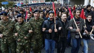 Cientos de manifestantes, entre ellos soldados, mientras gritaban consignas durante una protesta que se dirigía a la embajada de Estados Unidos en Atenas, Grecia, el 17 de noviembre de 2018, en homenaje a las víctimas de un levantamiento de 1973 contra la junta militar que gobernó Grecia desde 1967 hasta 1974.