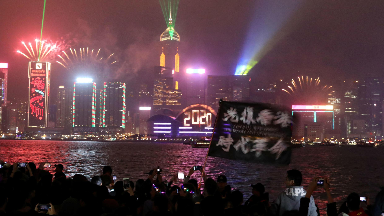Manifestantes antigubernamentales protestan durante la cuenta regresiva de 2020 en la víspera de Año Nuevo en Hong Kong, China, el 1 de enero de 2020.
