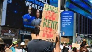 Manifestantes exigen la extensión de alivios económicos en Time Square el 5 de agosto de 2020 en la ciudad de Nueva York.
