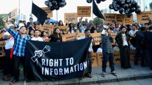 Los defensores de la libertad de prensa de Myanmar y activistas juveniles organizan una manifestación exigiendo la libertad de dos periodistas encarcelados de Reuters: Wa Lone y Kyaw Soe Oo en Yangon, Myanmar , el 16 de septiembre de 2018.
