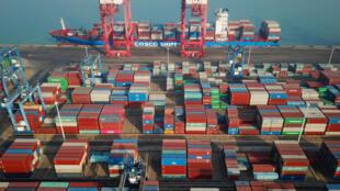 Una imagen aérea de contenedores de mercancías en una zona de carga y descarga del puerto de Lianyungang, el 14 de enero de 2021 al este de China