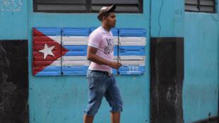 Drapeau cubain dans une rue de La Havane.
