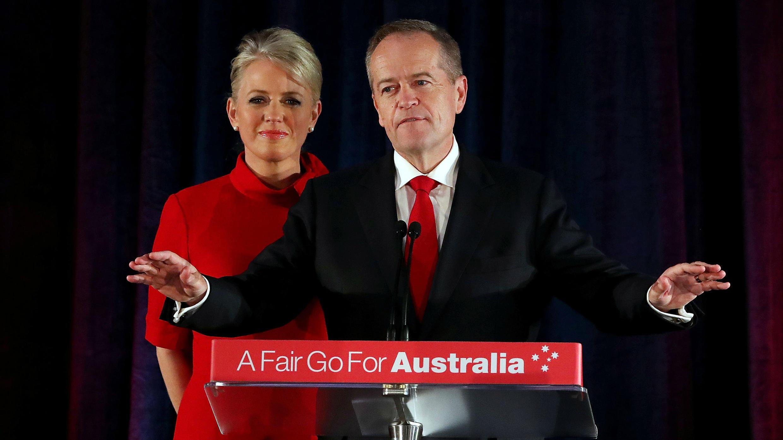 El líder de los laboristas en Australia, Bill Shorten en compañía de su esposa aceptando su derrota en las legislativas frente a sus seguidores. Melbourne, Australia. 18 de mayo de 2019.
