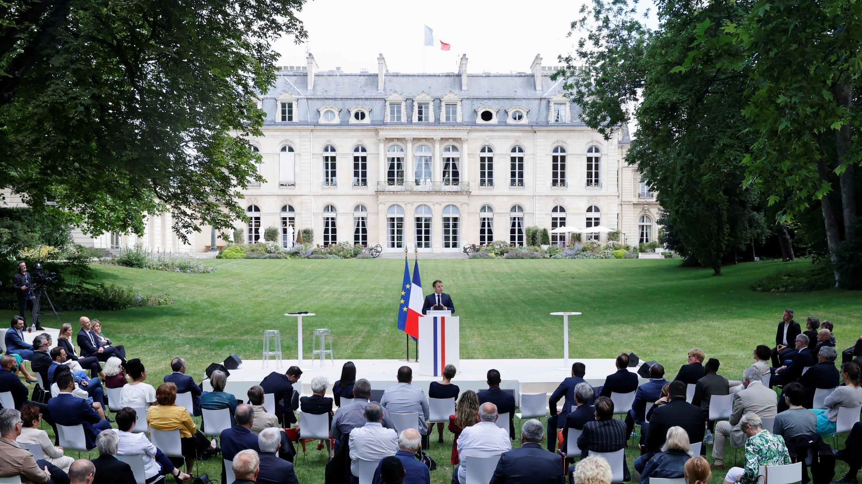 El presidente francés, Emmanuel Macron, pronuncia un discurso durante una reunión con miembros de la Convención Ciudadana sobre el Clima, para discutir sobre propuestas ambientales en el Palacio del Elíseo en París, Francia, el 29 de junio de 2020.