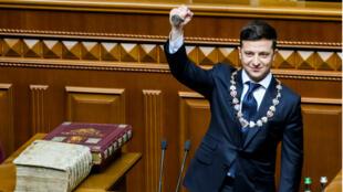 El presidente Volodímir Zelenski jura su cargo en una ceremonia en el Parlamento ucraniano en Kíev el 20 de mayo de 2019.