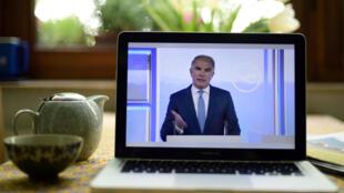 Le patron de Lufthansa, Carsten Spohr, à travers un écran le 5 mai 2020