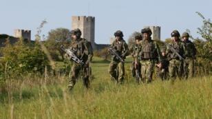 Des militaires suédois patrouillant sur l'île de Gotland, en mer Baltique.