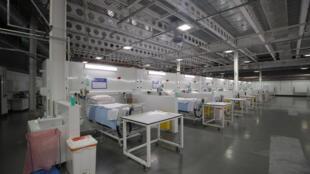 """أسرة ومعدات طبية في مستشفى """"نايتنغايل"""" الميداني في هاروغات في شمال بريطانيا في 21 أبريل/نيسان 2020 أثناء افتتاحه الرسمي,"""