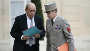 Le ministre de la Défense Jean-Yves Le Drian et le chef d'état-major des armées françaises Pierre de Villiers, samedi 14 novembre 2015, dans la cour de l'Élysée.
