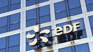 EDF, qui a plongé dans le rouge au premier semestre avec une perte nette de 700 millions d'euros, a annoncé jeudi un plan d'économies et de cessions pour compenser les effets de la crise sanitaire sur son activité