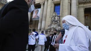Una monja llega a una recepción el 13 de julio de 2020 en el Grand Palais de París para personal médico que ha ayudado en la crisis del nuevo coronavirus