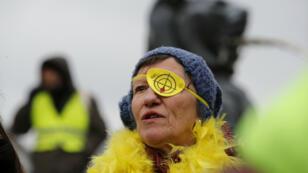 'Chalecos amarillos' franceses marchan en París, Francia, denunciando la violencia policial, el 2 de febrero de 2019.