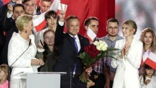 El presidente de Polonia, Andrzej Duda, celebra su victoria tras conocerse los resultados preliminares de las elecciones. En Pultusk, Polonia, el 12 de julio de 2020.